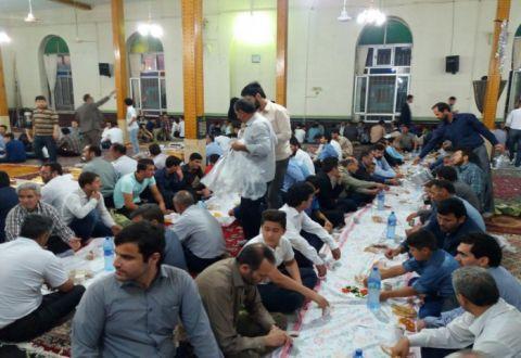 برپایی ضیافت افطاری در آخرین روزهای ماه پر برکت رمضان در پارس آباد