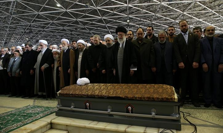رهبر انقلاب بر پیکر آیت الله هاشمی رفسنجانی نماز اقامه کردند