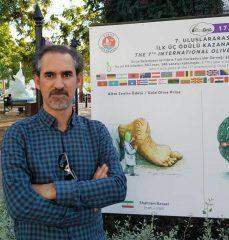 شهرام رضایی ،برنده اسکار کاریکاتور جان به جان آفرین تسلیم کرد