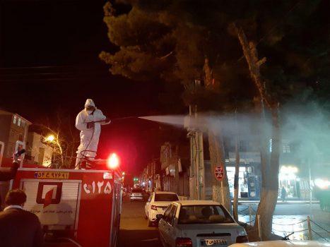 ضد عفونی شبانه اماکن و معابر پارس آباد برای مقابله با ویروس کرونا